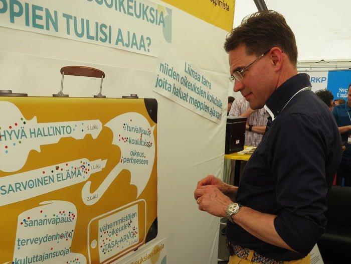 Myös pääministeri Jyrki Katainen osallistui arvomatkalaukun pakkaamiseen