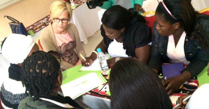Eva Biaudet osallistui kunnanvaltuutetuiksi pyrkivien naisten koulutukseen