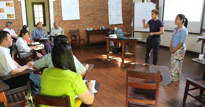 Silvia Modig vierailevana kouluttajan Myanmarin politiikkakoulussa
