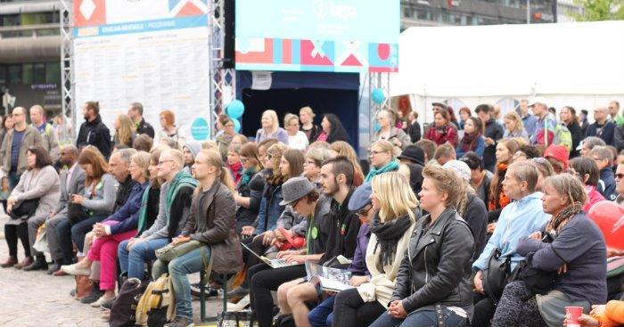 Keskustelua seurasi satapäinen yleisö