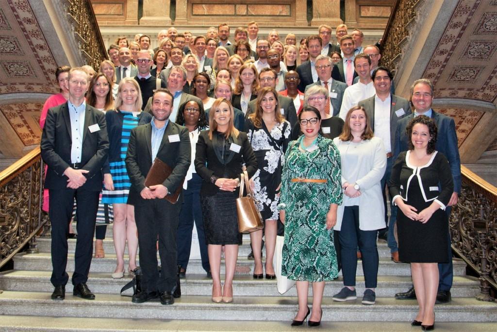 En stor grupp människor i ett gruppfoto