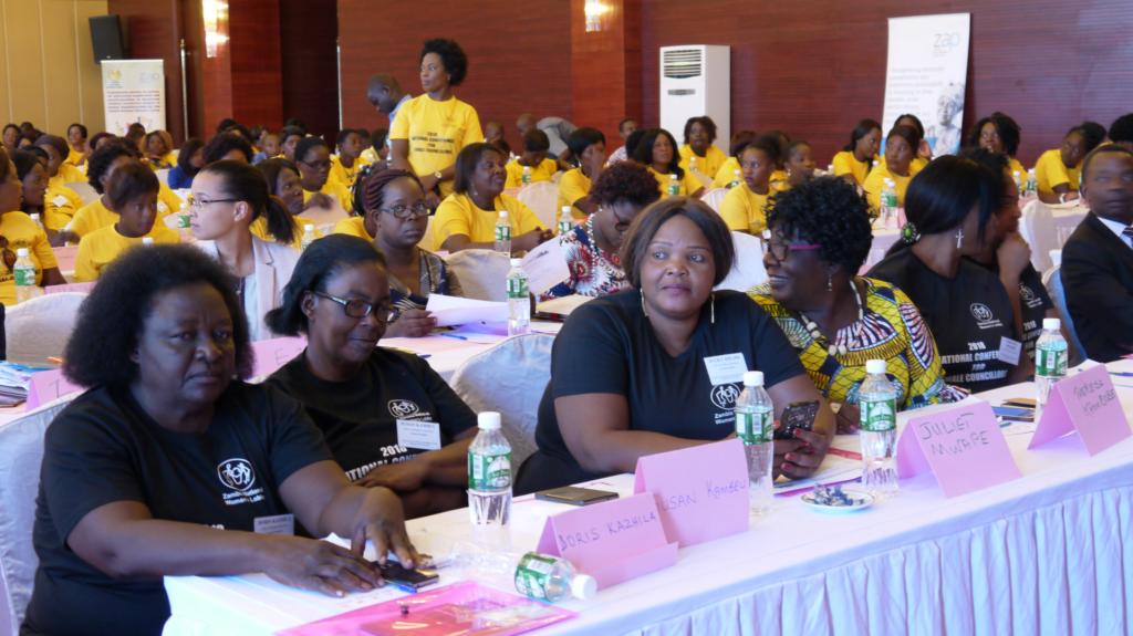 Sambialaisia naispoliitikkoja istumassa salissa