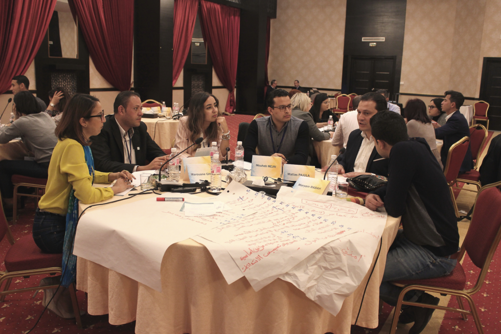 Tunisialaisia nuoria poliitikkoja istumassa pöydän ympärillä