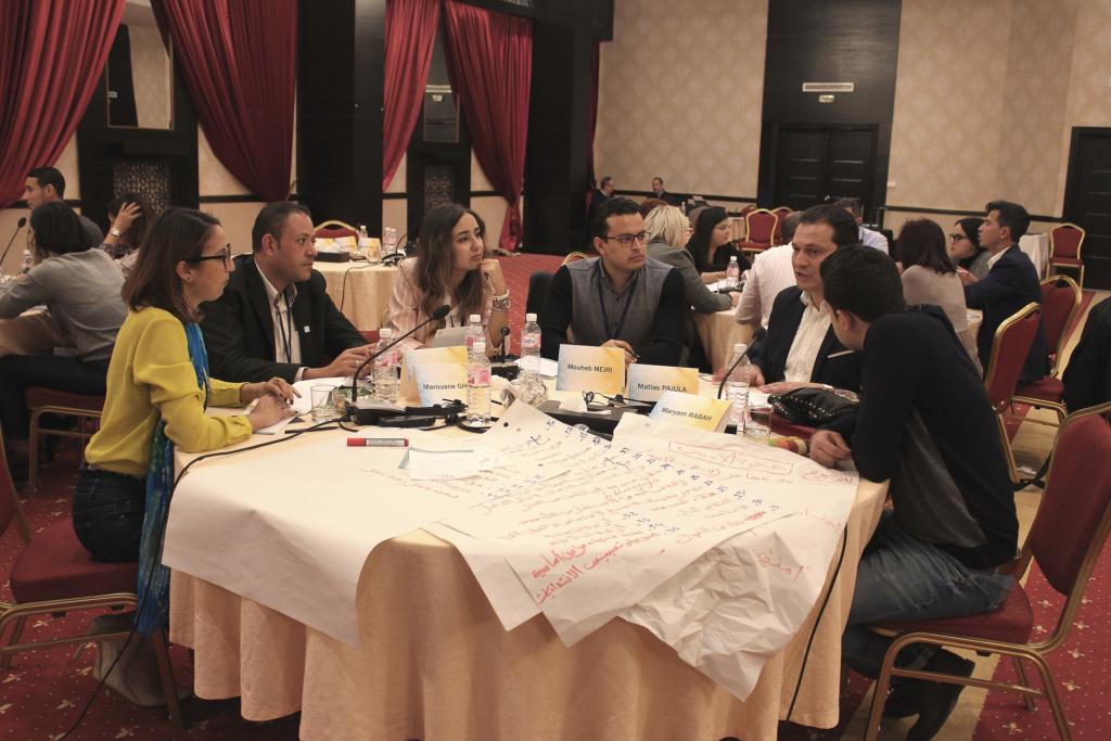 Unga människor vid bordet