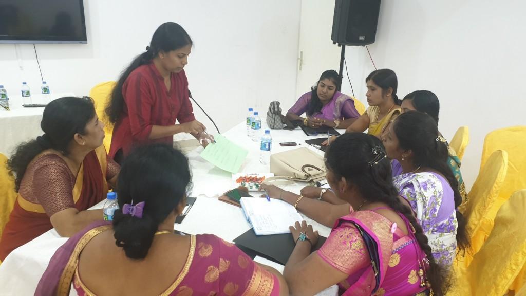 Kvinnor som pratar runt bordet