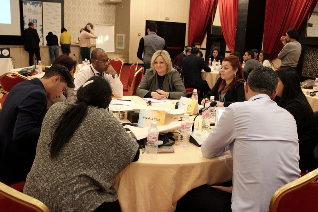 Ryhmä nuoria istumassa pöydän ympärillä